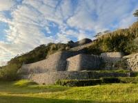 浦添城跡を見上げる